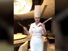 Nữ đầu bếp xinh đẹp gây 'bão mạng' với màn múa dao
