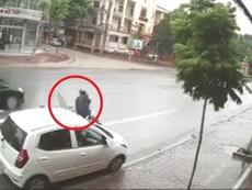 Ô tô mở cửa bất cẩn, xe máy ngã văng ra đường