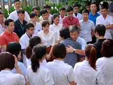 Clip: Nghẹn ngào giây phút chia tay GS Nguyễn Anh Trí