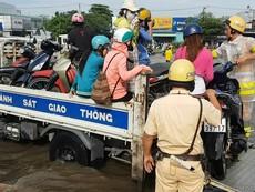 CSGT dùng xe đặc chủng giúp dân qua khỏi điểm ngập