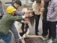 Cô gái kẹt chân dưới nắp cống vì mải dùng điện thoại