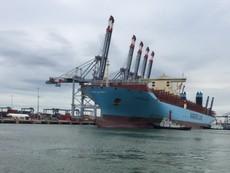 Cận cảnh siêu tàu lớn nhất thế giới cập cảng thành công