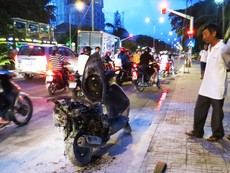 Xe máy bốc cháy khi đang chạy giữa đường phố