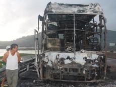Xe giường nằm cháy rụi, 25 hành khách chạy thoát thân