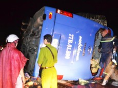 Lật xe giường nằm trong đêm, 11 người bị thương