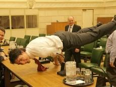 Thủ tướng điển trai Canada khoe tư thế như 'bậc thầy yoga'