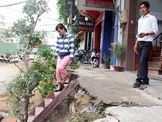 Nhà dân trồi, sụt theo nền đường