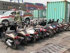 Clip: 2 container hàng lậu bị tạm giữ ở cảng Cát Lái