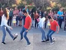 Cô gái lừa bóng điêu luyện khiến 2 thanh niên chào thua
