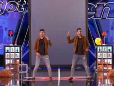 Cặp song sinh biểu diễn ảo thuật khuấy đảo sân khấu