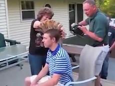 Thót tim với clip ông bố dùng cưa máy cắt tóc cho con