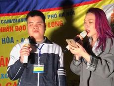 Mỹ Tâm 'đốn tim' khán giả khi hát cùng người khiếm thị