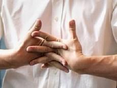 Bẻ khớp ảnh hưởng như thế nào đến sức khỏe?