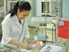 Bé sơ sinh bị đâm vào đầu đã hồi phục ngoạn mục