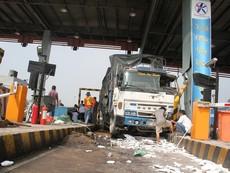 Ô tô tông sập 2 cabin tại trạm thu phí trên cao tốc Trung Lương