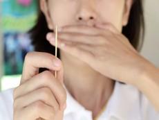 Vì sao không nên dùng tăm xỉa răng?