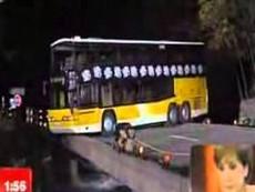 Nín thở nhìn tài xế xe bus quay đầu xe