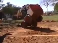 Trố mắt nhìn xe xúc đất tự nhào lộn rồi leo lên xe tải