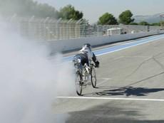 Tận mắt xem xe đạp lập kỷ lục thế giới với vận tốc… 333 km/h