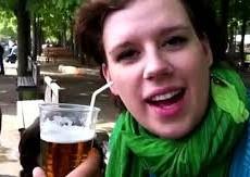 Sốc với kiểu uống bia bằng tai
