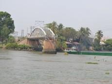 Đã cho các phương tiện đường thủy lưu thông qua cầu Ghềnh