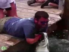 Kinh hãi với màn dùng tay làm mồi câu cá