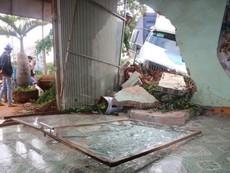 Container leo dải phân cách, húc sập nhà dân