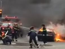 Ô tô 4 chỗ cháy trơ khung trên đường phố