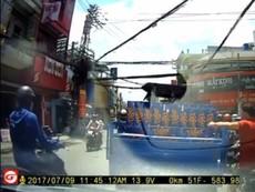 Thanh niên trộm thùng bia của xe ba gác khi dừng đèn đỏ