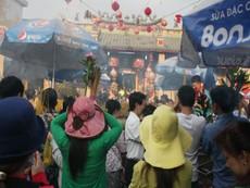 Bắt gã 'biến thái' sàm sỡ phụ nữ trong lễ chùa Bà