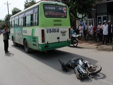 Cố vượt đèn vàng, xe buýt kéo lê nạn nhân tử vong