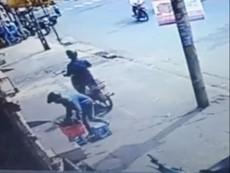2 thanh niên 'đóng kịch' để trộm rổ chén đĩa