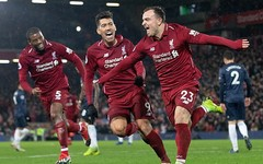 Liverpool đòi lại ngôi đầu, MU chìm trong khủng hoảng