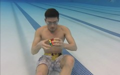 Clip: Lặn dưới nước giải 3 khối rubik trong vòng 1 phút