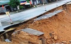 Con đường ngàn tỉ bị xé nát sau mưa lũ