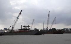 Hai xác tàu vô chủ làm khó dự án ngăn triều 10.000 tỉ