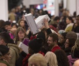 Không khí mua sắm nhộn nhịp ngày thứ sáu đen tối tại Mỹ