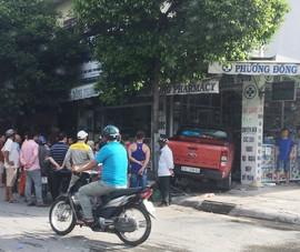 Ô tô bán tải lao thẳng vào tiệm thuốc Tây ở quận 12