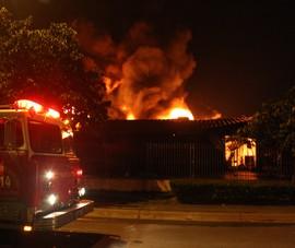 Vụ cháy ở KCN VSIP Bình Dương: Đến 22 giờ lửa vẫn còn cháy dữ dội