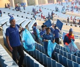 Cổ động viên chung tay dọn rác sau trận đấu của U-23 Việt Nam