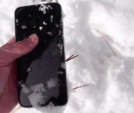 Video: iPhone 6 Plus vẫn hoạt động dù chôn trong tuyết cả đêm