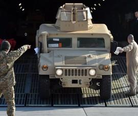 Video: Mỹ thả nhầm xe bọc thép Humvee xuống rừng