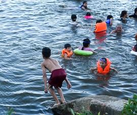 Nóng gần 40 độ, người dân cố đô ra sông Hương tắm mát