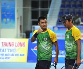 Cựu đôi số 1 quần vợt Việt Nam đăng quang nghẹt thở