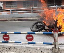Xe máy bốc cháy đùng đùng, người đàn ông vứt xe chạy