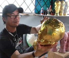 Cận cảnh quy trình làm cúp vàng FIFA World Cup 2018 ở TP.HCM