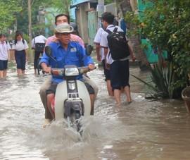 3 ngày sau bão số 9, học sinh ở TP.HCM vẫn lội nước đến trường