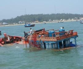 Cứu 13 ngư dân ôm phao cả đêm trên biển Hoàng Sa