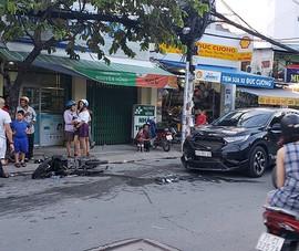 Ô tô tông 3 xe máy ở Bình Thạnh, nhiều người bị thương