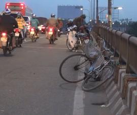 Va chạm xe đạp, xe máy trên cầu Bình Điền, 3 người bị thương